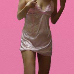 ピンクのベビードールを着て立っている