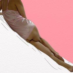 ピンクのベビードールで斜めに横たわっている