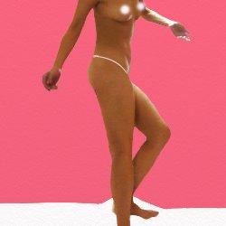 片足を少しだけ曲げて全裸で立っている
