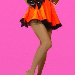 オレンジのミニドレスで片足を少し曲げて立っている