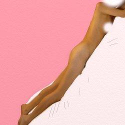 全裸でうつ伏せで白いシーツの上に寝ている