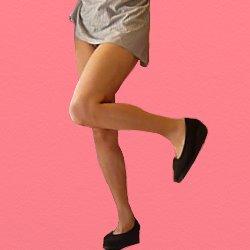 ミニスカートで左膝を上げて曲げている
