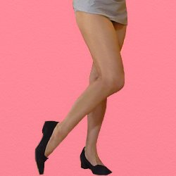 ミニスカートで右脚を少し傾けて立っている