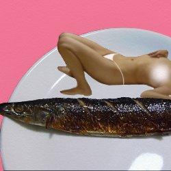 白いお皿にさんまと一緒に裸で寝転んでいる