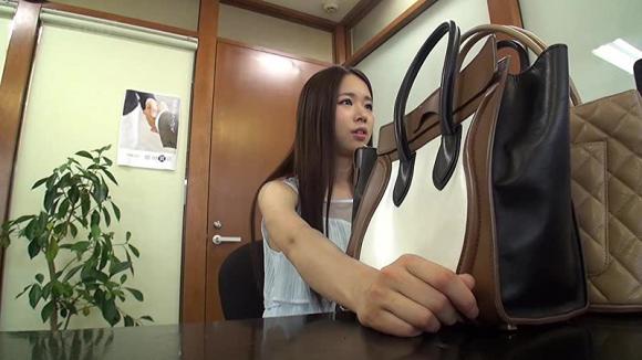 【エロ動画】質屋に来ていたお金に困ってる女子大生を口説いてAVデビューさせてみた!01_20161013155724247.png