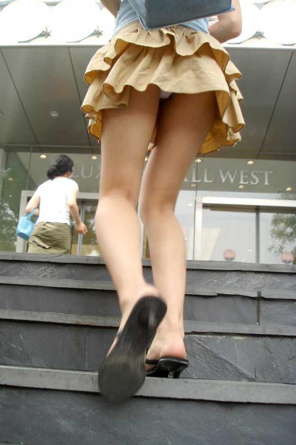 【パンチラ】こうやって女の子のパンティ覗くのって興奮するwwwwwww【画像30枚】01_20170130092945ddf.jpeg