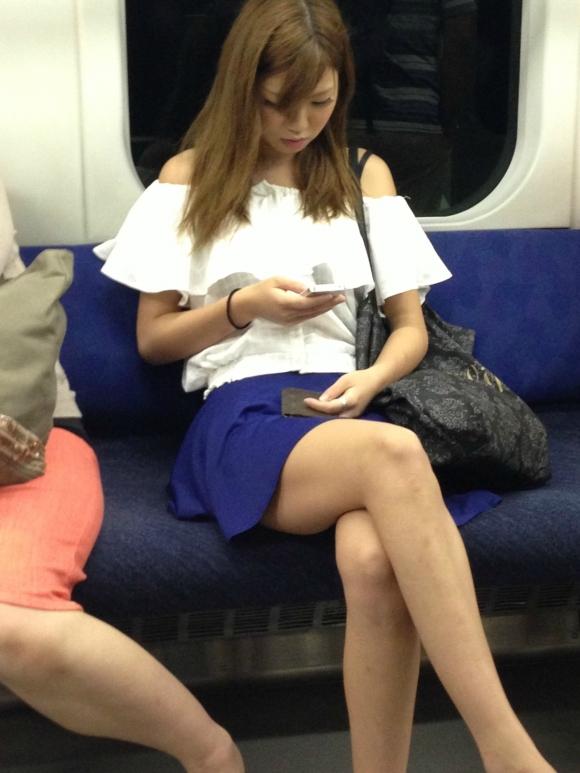 電車内でスマホを使って対面に座ってる女の子の太ももを狙ったエロ画像wwwwwwwwwww01_20170203004816474.jpeg