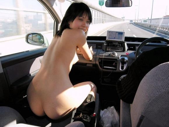 車の中で露出してる女の子って一体全体なんなの?wwwwwww【画像30枚】01_20170316020257924.jpeg
