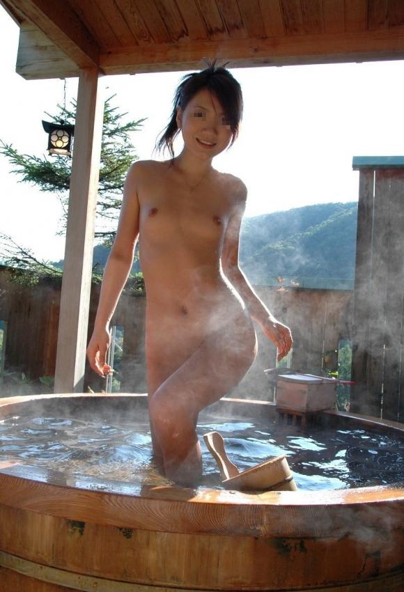 露天風呂で開放的になってる素人の様子を撮影成功wwwwwww【画像30枚】01_20170321034447a7f.jpeg