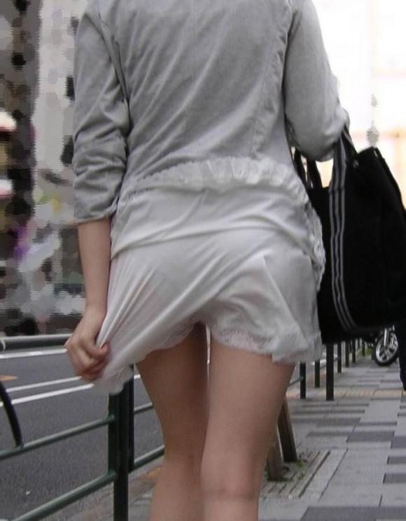 白いスカートを履いてる女の子ってパンティ透けて見えるからエロいよな