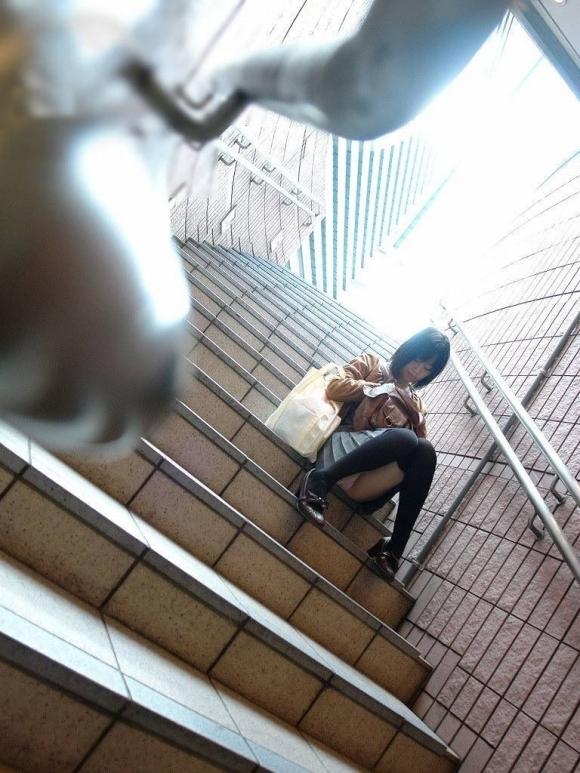 階段や段差に座ってる女の子のパンチラ率の高さは異常wwwwwww【画像30枚】