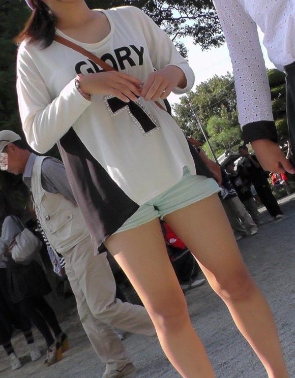 エロい生太ももを露出してる女の子に目が奪われて困っちゃうんだがwwwwwww【画像30枚】03_20170625045534f10.jpeg