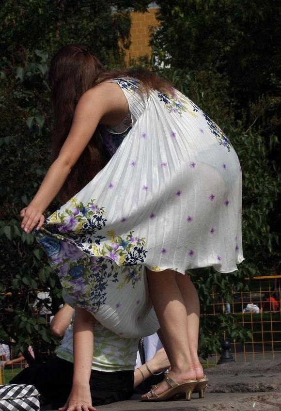 白いスカートを履いてる女の子ってパンティ透けて見えるからエロいよなwwwwwww【画像30枚】03_20170629110024a94.jpeg