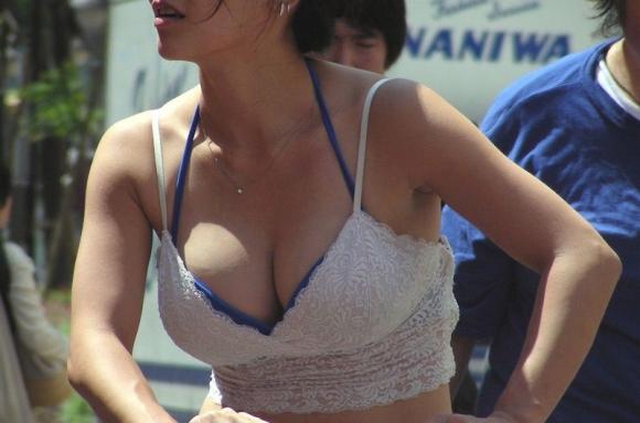 猛暑ならではの素人女子の薄着姿がエロいwwwwwww【画像30枚】03_20170713103559163.jpeg