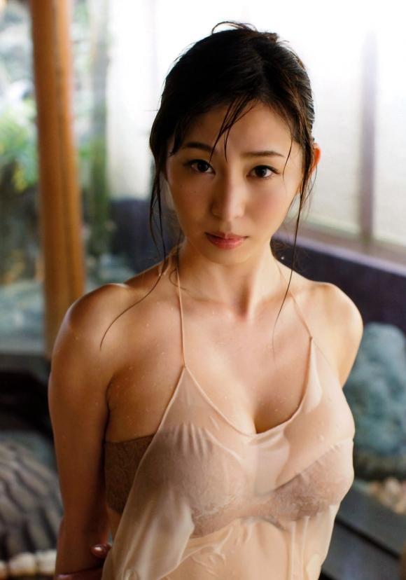 東北No.1女子アナ「塩地美澄」ちゃんのGカップ手ブラがヤバい!04_20161029011534ec5.jpg