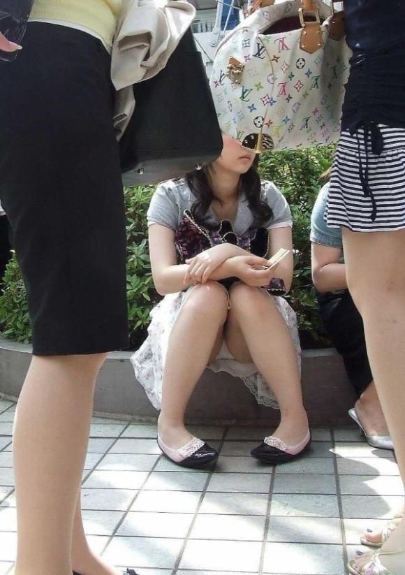階段や段差に座ってる女の子のパンチラ率の高さは異常wwwwwww【画像30枚】04_201709190238407dc.jpg