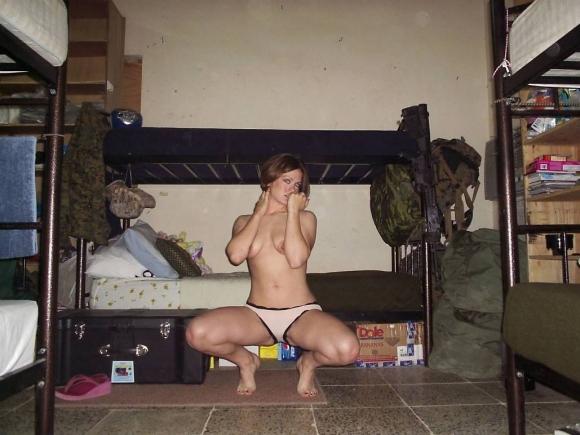 欲求不満!?海外の女軍人のおふざけエロ画像を集めたったwwwwwww05_20161119011131994.jpg