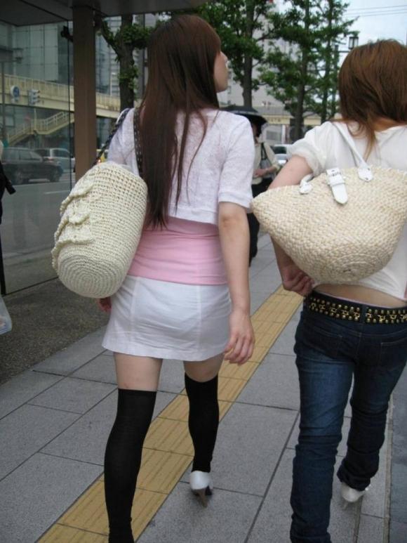白いスカートを履いてる女の子ってパンティ透けて見えるからエロいよなwwwwwww【画像30枚】05_20170629110027acd.jpeg