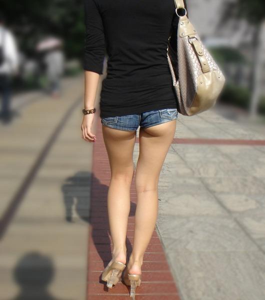 【着衣エロ画像】短いホットパンツで尻肉見せつけてくる女の子が増殖中wwwwwww【画像30枚】05_20170712023416fdd.jpeg