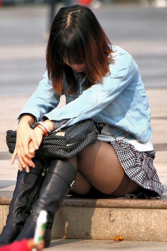 階段や段差に座ってる女の子のパンチラ率の高さは異常wwwwwww【画像30枚】05_201709190238409a3.jpg