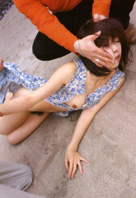 ちょ・・・まってwww服をビリビリに引き裂かれてる女がいるwwwwwww【画像30枚】06_201707181240334a2.jpeg