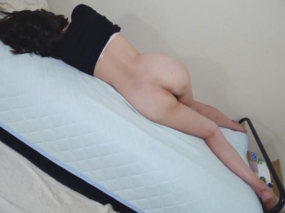 【家庭内盗撮】家の中で恥じらいもなくおしり出して寝てる彼女の姿がエロいから晒すわwwwwwww【画像30枚】06_20170806104116f02.jpg