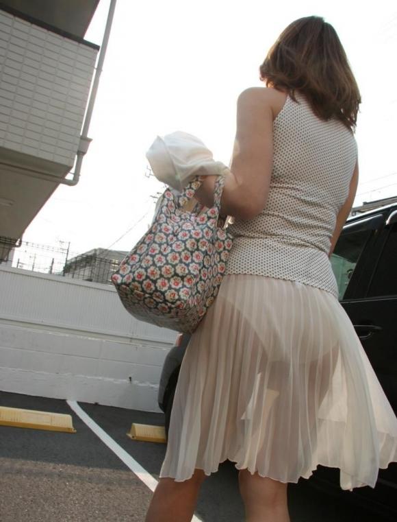 白いスカートを履いてる女の子ってパンティ透けて見えるからエロいよなwwwwwww【画像30枚】07_20170629110030867.jpeg