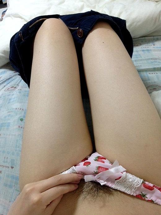 いちごパンツを履いてるちょっとお子ちゃまな女の子がちょっとエロく見えるwwwww【画像30枚】08_20170418235525a81.jpeg