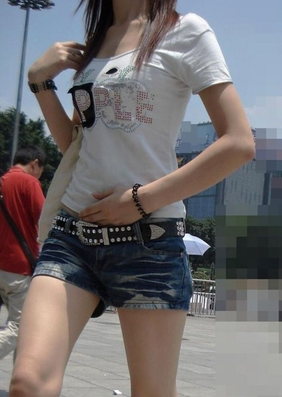 外でエロい太ももを晒してる女の子たちを激写した画像が話題にwwwwwww【画像30枚】08_201707240808550cf.jpeg