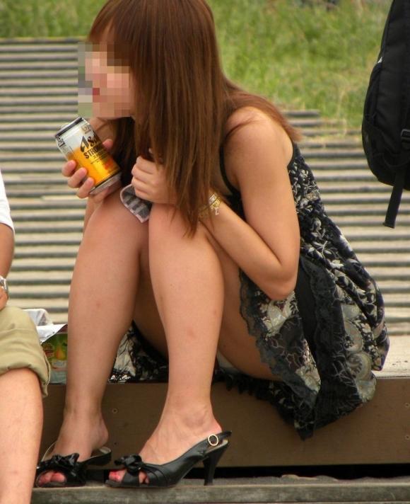 階段や段差に座ってる女の子のパンチラ率の高さは異常wwwwwww【画像30枚】08_20170919023845b75.jpg