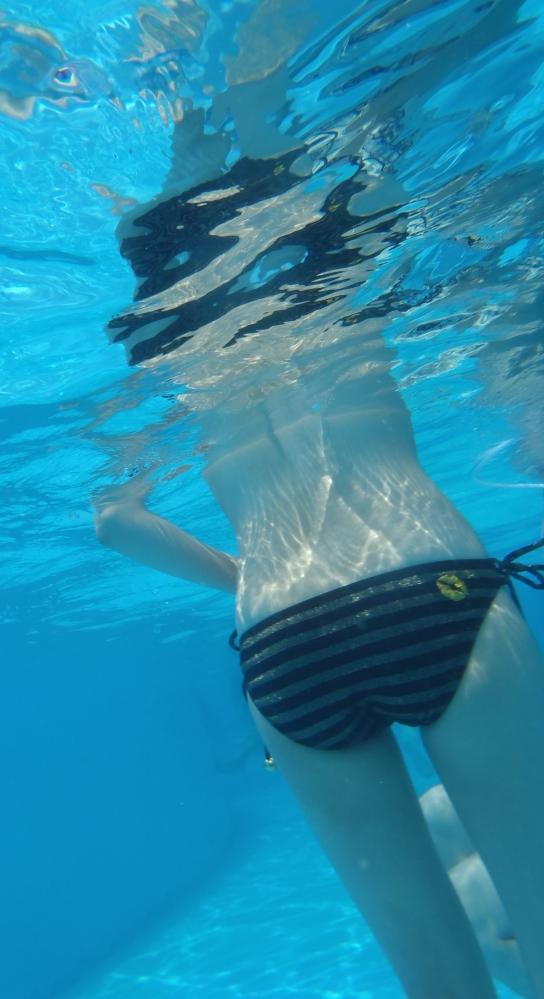 【水中撮影】プールとかでの水中ってこんなエロいコトになってるって衝撃すぎたwwwwwww【画像30枚】09_20160831020822d43.jpg