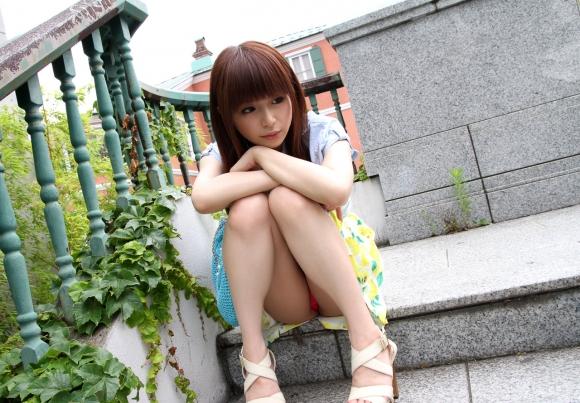 階段や段差に座ってる女の子のパンチラ率の高さは異常wwwwwww【画像30枚】12_2017091902424626c.jpg