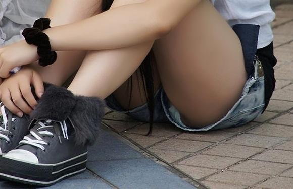 ショーパンとかホットパンツとかから大事なモノが見えちゃってる女の子ってwwwwwww【画像30枚】13_2017070714495768e.jpeg