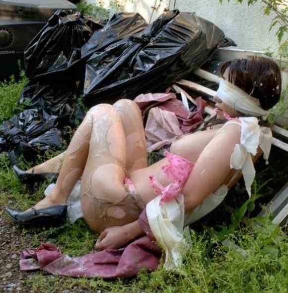 ちょ・・・まってwww服をビリビリに引き裂かれてる女がいるwwwwwww【画像30枚】14_201707181242182f7.jpeg