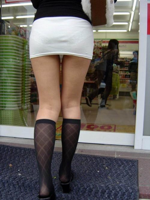 外でエロい太ももを晒してる女の子たちを激写した画像が話題にwwwwwww【画像30枚】14_20170724081931a66.jpeg
