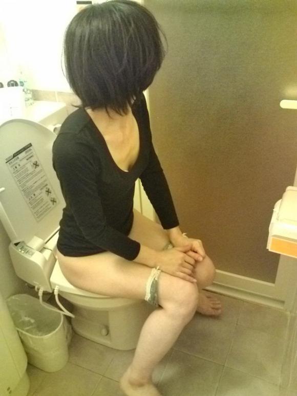 【リベポル】トイレ中の彼女の恥ずかしい姿を撮ってネットにうpしちゃうオバカ彼氏が正月から登場wwwwwww【画像30枚】15_20170104010042f3f.jpeg