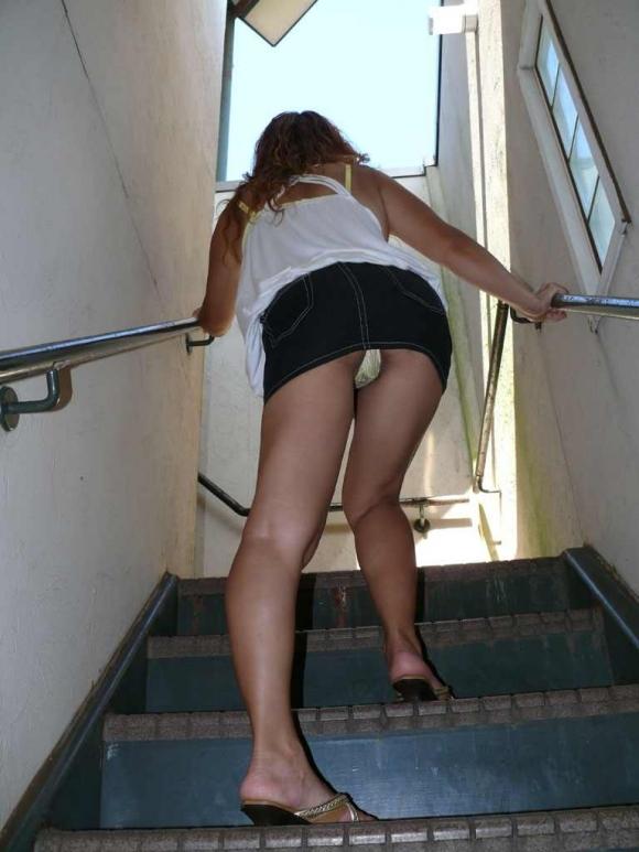 階段で女の子を追っていくと面白いようにパンチラ画像が集まるwwwwwww【画像30枚】15_20170822021617d42.jpg