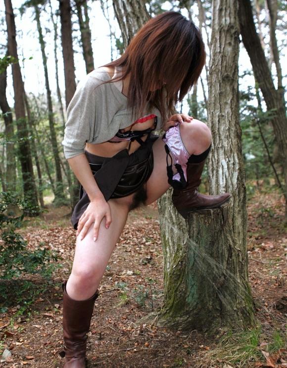 これマジかwww下半身裸で立ちションしてる変態女子がいるんだがwwwwwww16_20161105010205f94.jpg