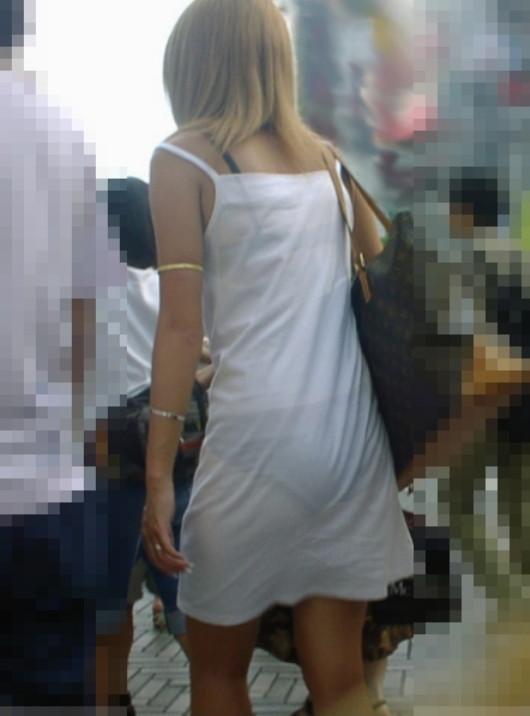 白いスカートを履いてる女の子ってパンティ透けて見えるからエロいよなwwwwwww【画像30枚】16_20170629114444de8.jpeg