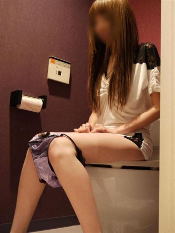 【リベポル】トイレ中の彼女の恥ずかしい姿を撮ってネットにうpしちゃうオバカ彼氏が正月から登場wwwwwww【画像30枚】17_20170104010045a5c.jpeg