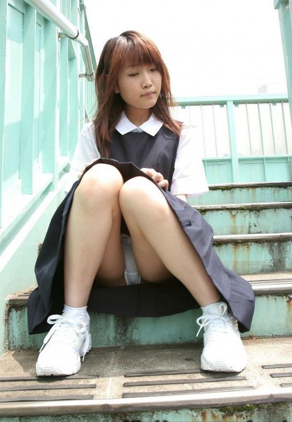 階段や段差に座ってる女の子のパンチラ率の高さは異常wwwwwww【画像30枚】17_20170919024253d76.jpg