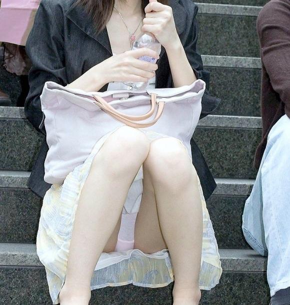階段や段差に座ってる女の子のパンチラ率の高さは異常wwwwwww【画像30枚】19_201709190242562e6.jpg