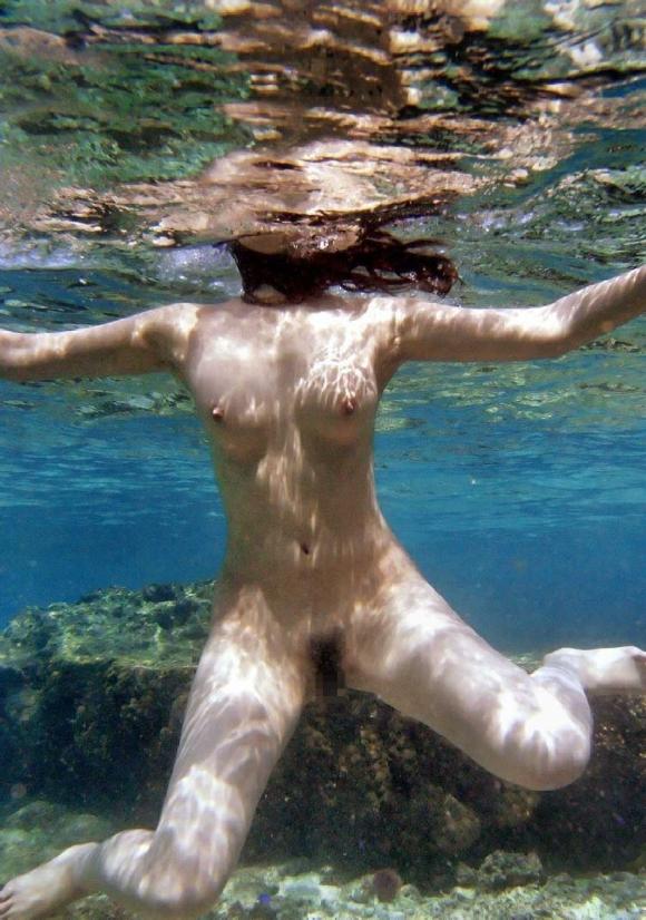 【水中撮影】プールとかでの水中ってこんなエロいコトになってるって衝撃すぎたwwwwwww【画像30枚】20_20160831020917a91.jpg