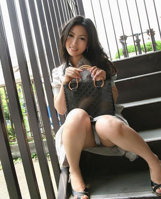階段や段差に座ってる女の子のパンチラ率の高さは異常wwwwwww【画像30枚】20_20170919024257d16.jpg