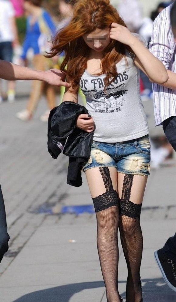 外でエロい太ももを晒してる女の子たちを激写した画像が話題にwwwwwww【画像30枚】22_2017072408204048f.jpeg