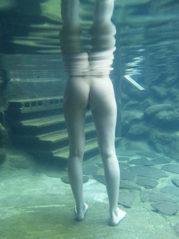 【水中撮影】プールとかでの水中ってこんなエロいコトになってるって衝撃すぎたwwwwwww【画像30枚】23_20160831020954a1f.jpg