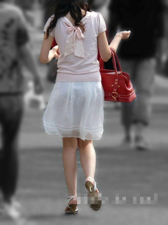 白いスカートを履いてる女の子ってパンティ透けて見えるからエロいよなwwwwwww【画像30枚】23_20170629114520ef8.jpeg