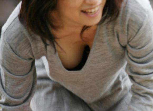 ガッツリと胸元からおっぱいを見せてくれる女の子wwwwwww【画像30枚】23_20170707145816478.jpeg