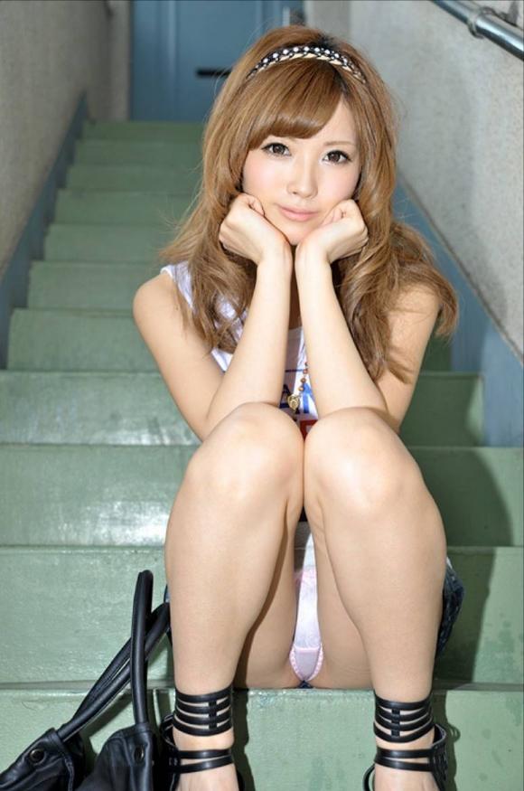 階段や段差に座ってる女の子のパンチラ率の高さは異常wwwwwww【画像30枚】26_2017091902435383e.jpg