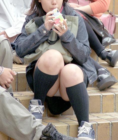 階段や段差に座ってる女の子のパンチラ率の高さは異常wwwwwww【画像30枚】27_201709190243544ea.jpg